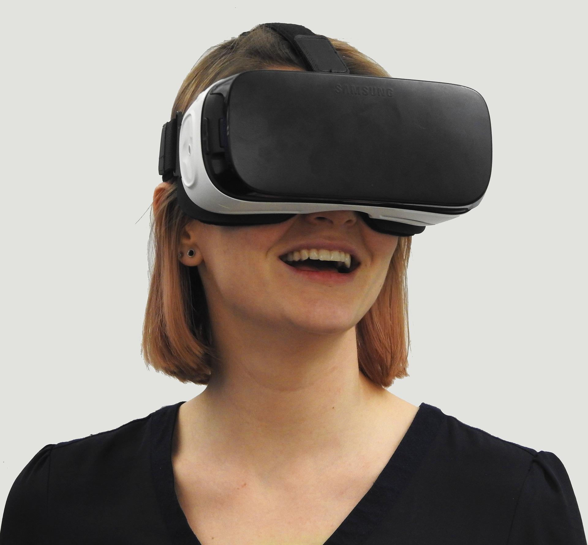 Frau mit VR-Brille.