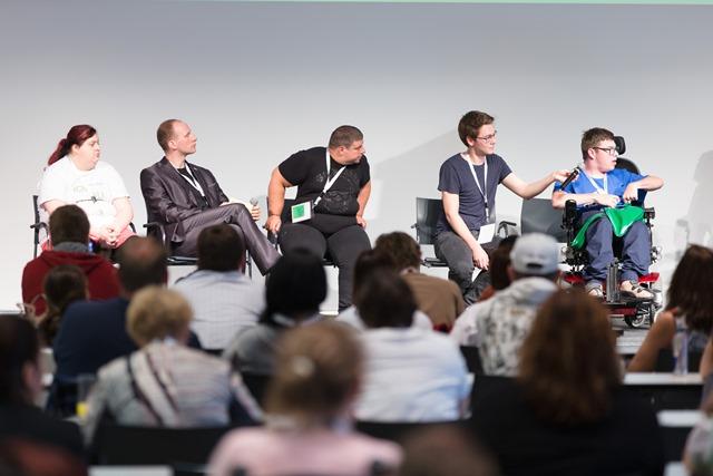 Partizipation in einer öffentlichen Diskussionsrunde