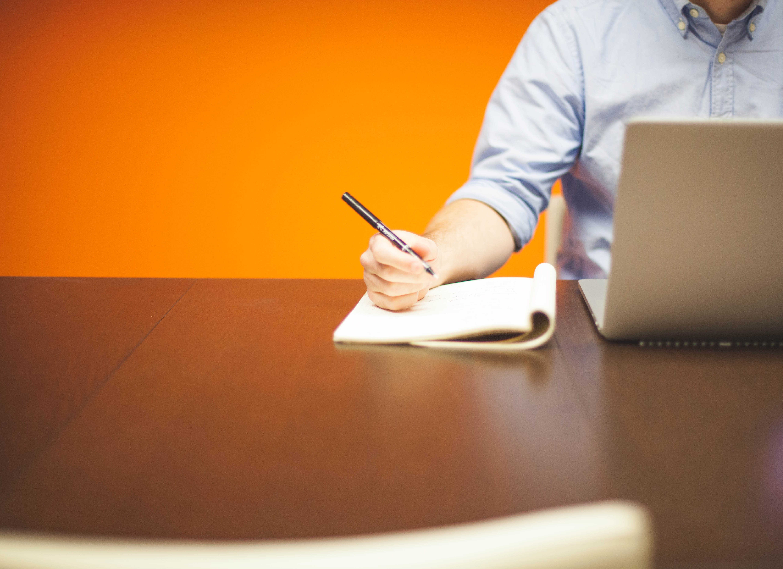 Bild: Mann mit Laptop, Schreibblock und Stift (ccO-Lizenz)
