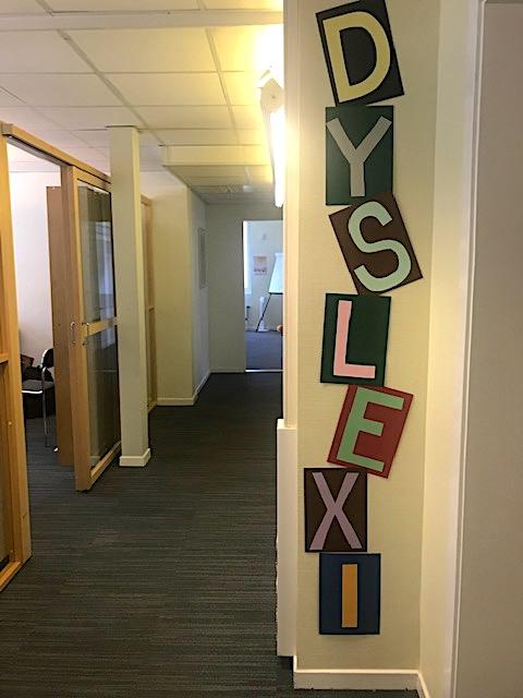 Texten DYSLEXI på vägg