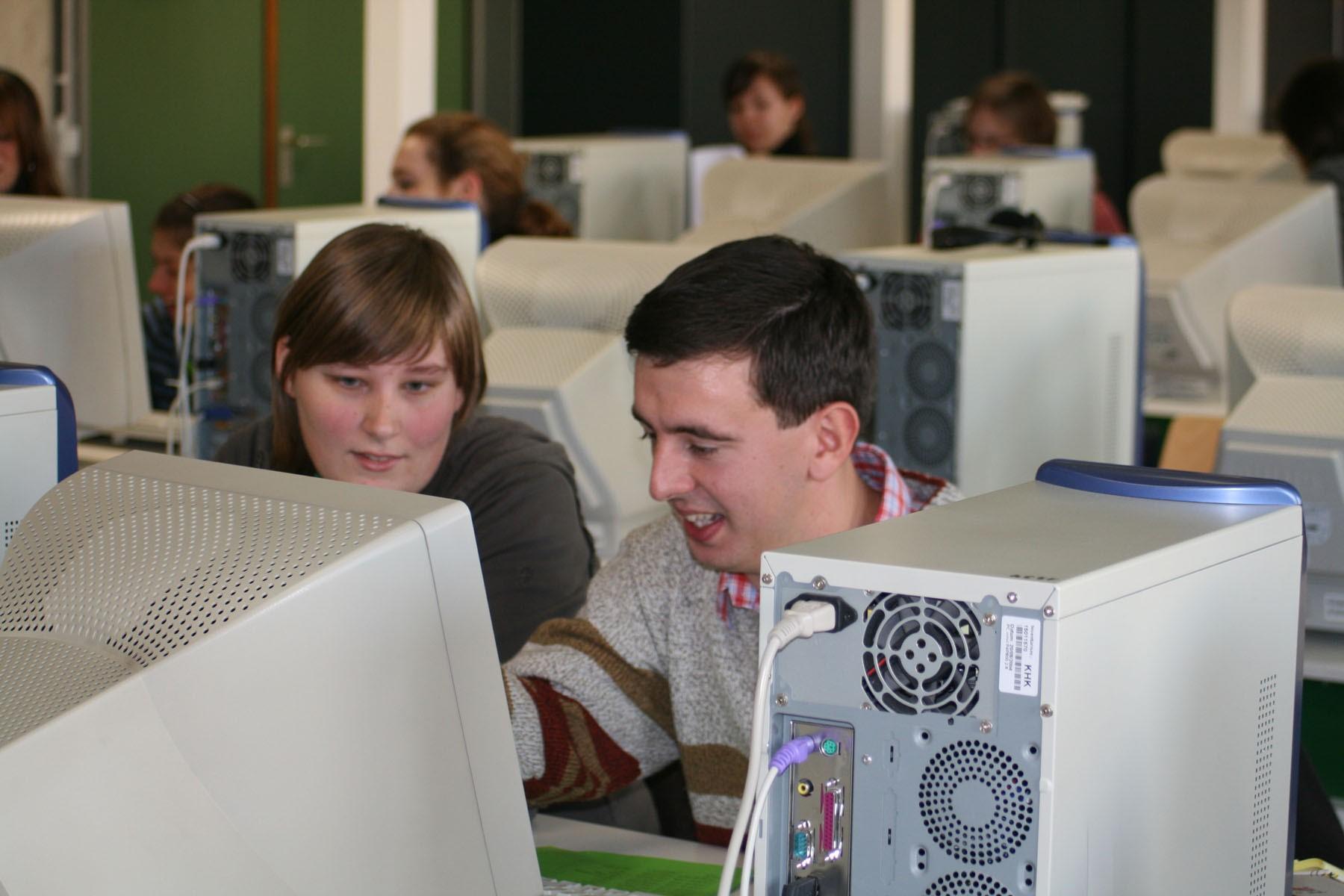Samen aan de computer op de campus