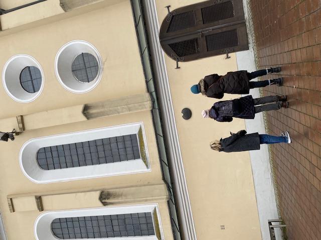 Drei Frauen stehen vor einer Kirche