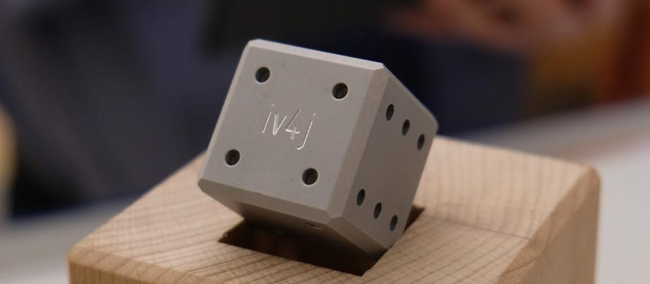 Würfel in Holzgestell mit IV4J-Aufdruck - © FA-Magdeburg