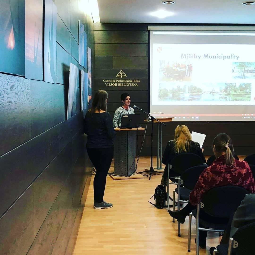Anya Feltreuter föreläser om tillgänglighet på svenska bibliotek under en konferens i Panevezys, Litauen.