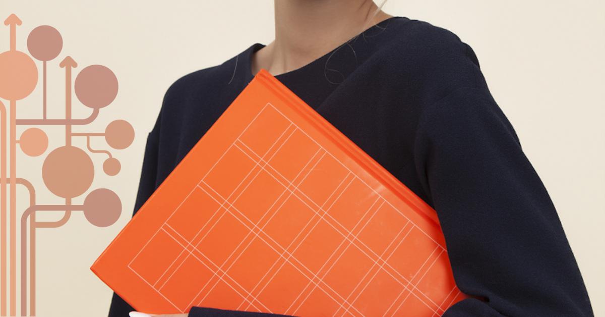 kobieta trzyma pomaranczową teczkę