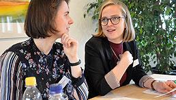 Die angehenden Gebärdensprachdolmetscherinnen Veronika Krylova und Anika Loidl unterstützen das Projekt.