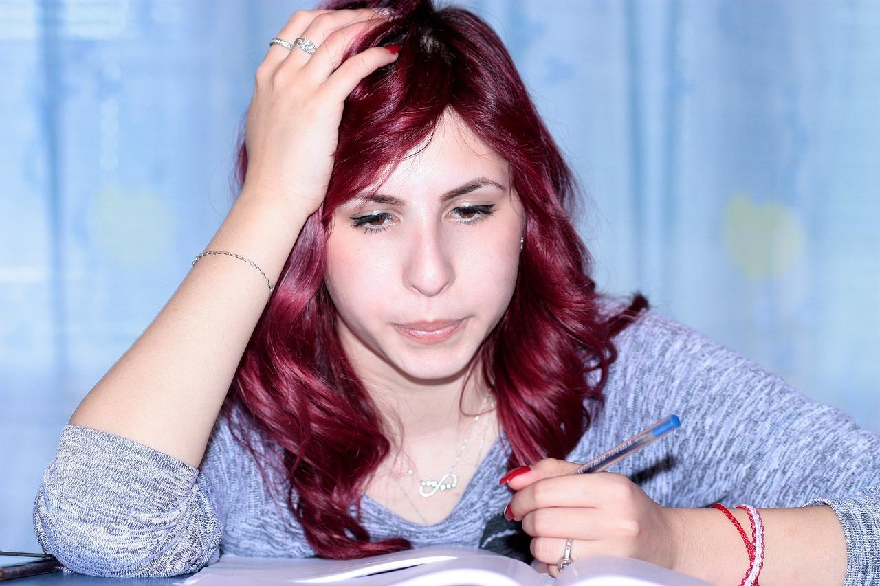 Eine junge Frau sitzt an einem Schreibtisch.