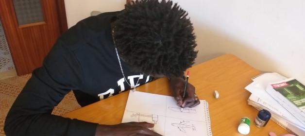 foto studente che disegna