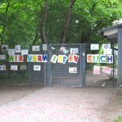 """""""Wir vermissen euch"""" steht am Tor einer KiTa in München"""