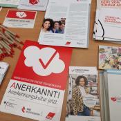 Foto des Infotisch des Projekts ANERKANNT im DGB Bildungswerk BUND