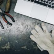 Computer, Werkzeug und Handschuhe _ Work-based Learning auf EPALE - ©ScanStock / Konstantin Kolosov