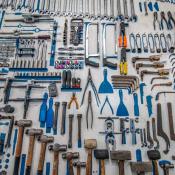 narzędzia równo poukładane na blacie roboczym