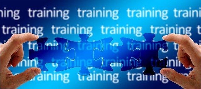 """Puzzleteile fügen sich zusammen vor dem Wort """"Training"""". So wie bei den Teilqualifikationen, die später zum Berufsabschluss führen können."""