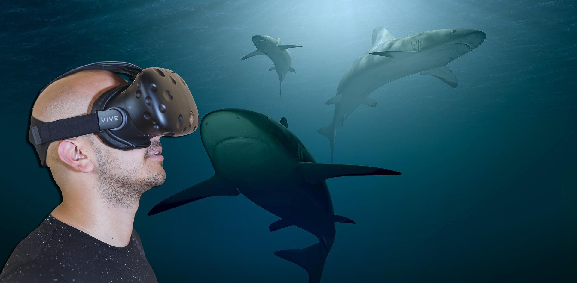 Mann mit VR-Brille in Unterwasserwelt
